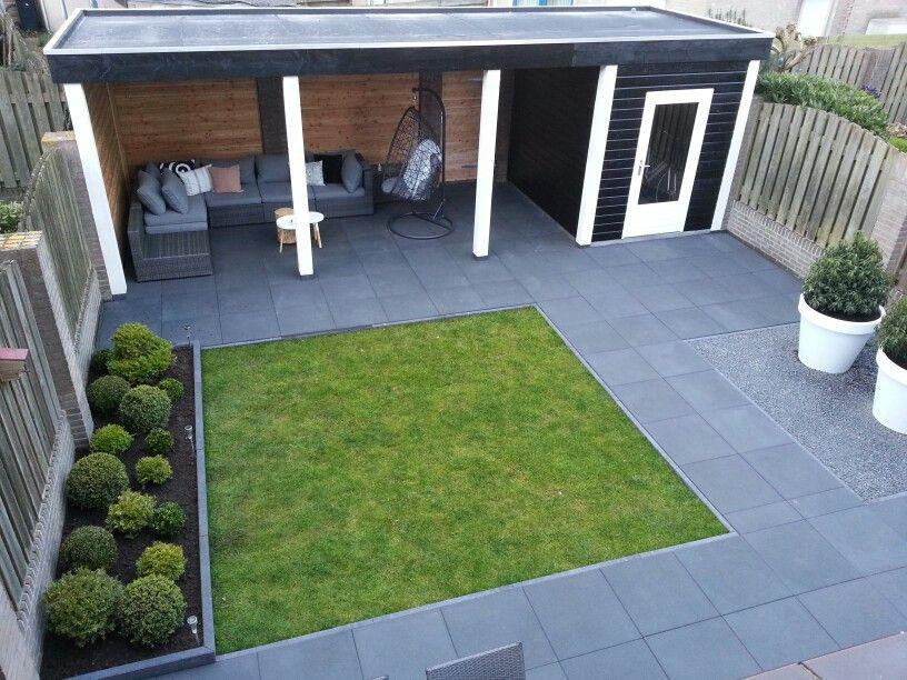 overkapping-kleine-tuin-strakke-moderne-achtertuin-met-donkere-bestrating-en